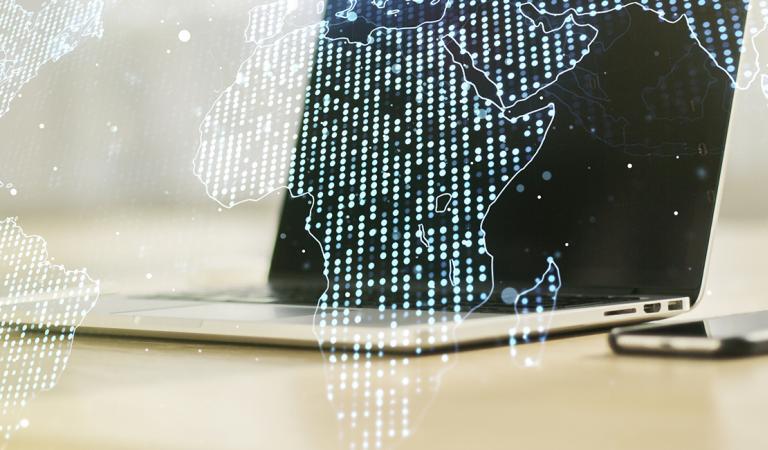Dupla exposição do mapa do mundo digital abstrato no fundo do computador, big data e conceito de blockchain