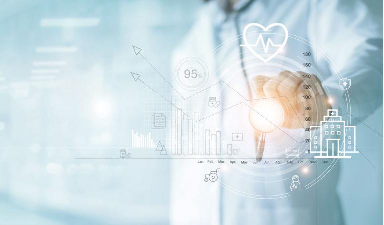 Seguro de saúde, gráfico de negócios de saúde e exame médico, médico com estetoscópio apontando para o gráfico de crescimento de dados de negócios, negócios médicos e de medicina no fundo do hospital.