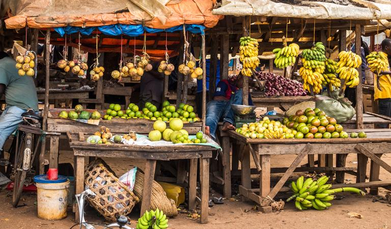 Mercado local na ilha de Zanzibar